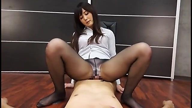 鶴田舞 尻フェチ部下に尻コキでお仕置きするパンスト女上司