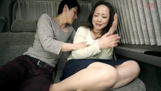 街頭でナンパした仲良しの敏感な母娘とセックス母親編