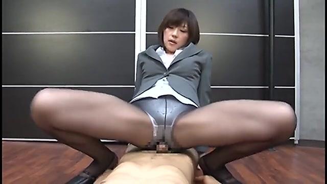 笠木忍 パンストを履いた痴女系の女上司がM男の部下に尻コキ