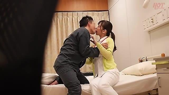 欲求不満な男性入院患者を誘って個室でセックスする人妻ナース