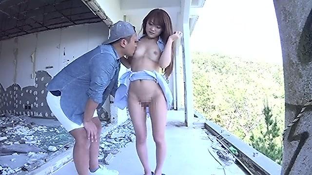 眺望の良い廃墟でパイパンの女の子と開放的な青姦エッチ
