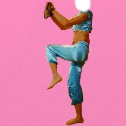 青い衣装で野球のピッチャーの真似している