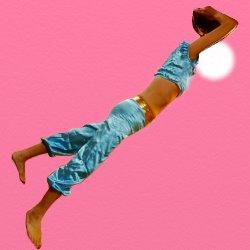 ベリーダンスの衣装で横向きの投球フォーム