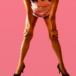 ピンクのチャイナドレスで脚を開いて、膝に手を置いて立っている