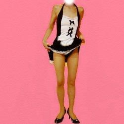 黒と白のメイド服で少しスカートをまくって黒いパンツを見せている