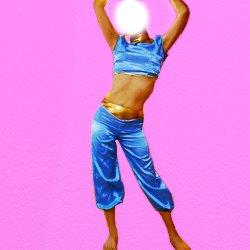 両手を上げて、腰を回しているベリーダンスの衣装