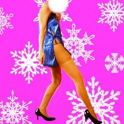 雪の結晶をバックに脚を出した青いドレスで横向きにポーズして立っている