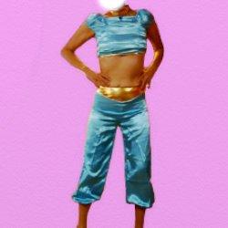 青いベリーダンスの衣装で腰に手を当てている