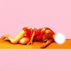 赤い着物が乱れた感じで畳に寝転んでいる