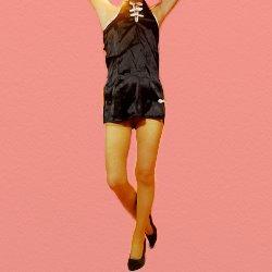 黒のエロチャイナミニスカートでポーズして立っている