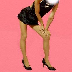 黒いミニのチャイニーズドレスで片足の膝に両手をついている