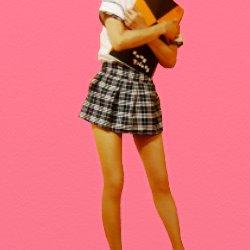 女子高生の恰好でスケッチブックを抱きしめている