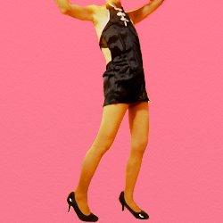 黒いチャイニーズドレスで両手を上げて立っている
