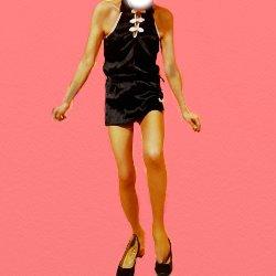 黒いチャイナドレスで立ったままハイヒールを履こうとしている