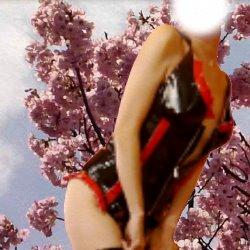 ボンテージ衣装で斜め横を向いて色っぽいポーズ