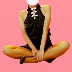 黒のチャイナドレスであぐらで座っている