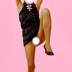 黒いチャイナドレスで片足のひざを曲げて高く上げてお股を見せている