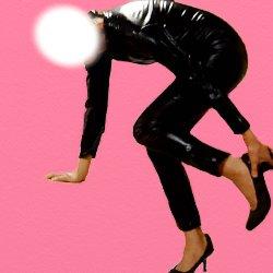 黒い全身ボンテージで片足を少し上げて靴を履いている