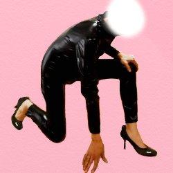黒の全身ボンテージで片膝をついてスターティングポーズみたいな恰好をしている