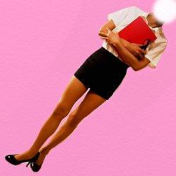 OLの恰好で赤いノートを胸にかかえて立っている