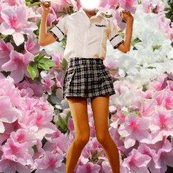 綺麗な花をバックに制服姿で立っている