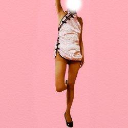 ピンクのチャイナドレスで片足を曲げて立っている