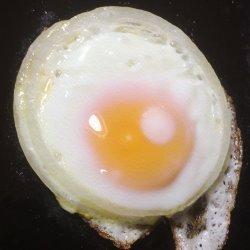 フライパンで卵を焼く