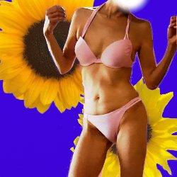 ピンクのビキニ姿の身体のアップ