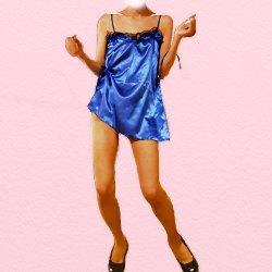 青い下着で踊っている