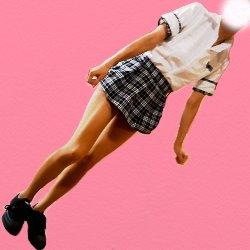 チェックのスカートの制服姿で斜めに立っている