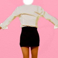 白いブラウスに黒いミニのタイトスカートの後ろ姿