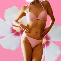 花をバックに腰に手をあててポーズしているピンクのビキニ