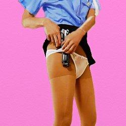 女性警官のコスプレで銃をパンツに挟んでいる