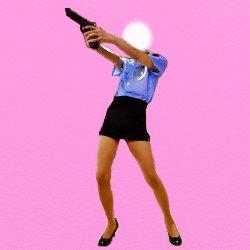 ミニスカポリスが斜め上に向かって銃を向けている