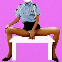 女性警察官のコスプレで大股を開いて白いテーブルに座っている