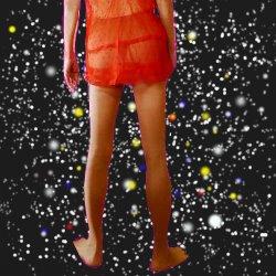 星空をバックに赤いキャミソールのスケスケの後ろ姿