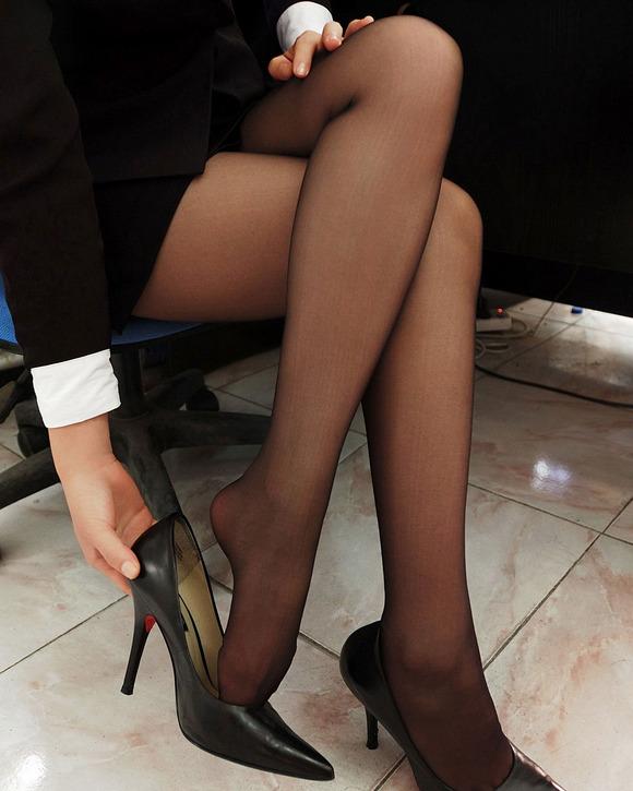 足フェチが喜ぶ黒ストッキングを履いた美脚が美しい