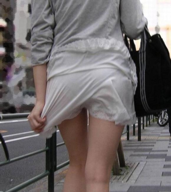 スカートが透けて見えてるパンティってソソるよなぁwwwwwww【画像30枚】01_20190112003356cd1.jpg