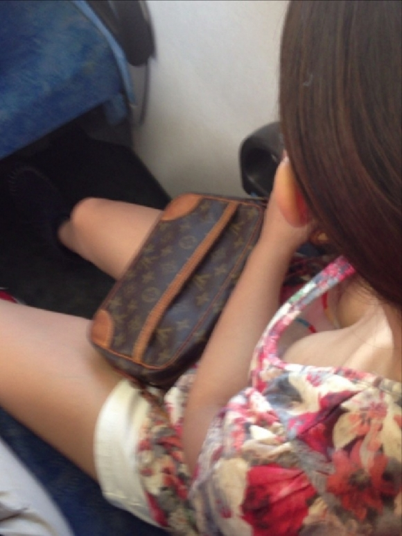 【凝視】電車で気になる胸チラ女子がいたらじっくりと堪能してしまう
