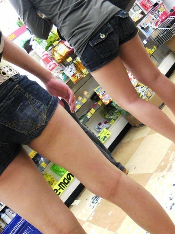 ホットパンツ履いてる女の子の脚を見つけたらずっと目で追ってしまうwwwwwww【画像30枚】01_2019060402080669e.jpg