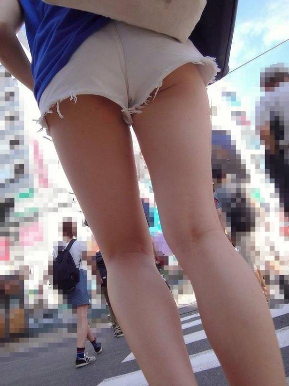 エロい下半身を晒して街を歩いてる女の子多すぎwwwwwww【画像30枚】01_201906251408374b7.jpg