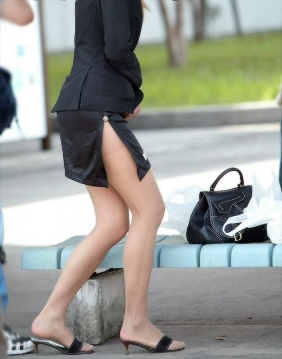 スカートの隙間からエロい脚が見えたら思わず凝視してしまうwwwwwww【画像30枚】01_20190703020601f74.jpg
