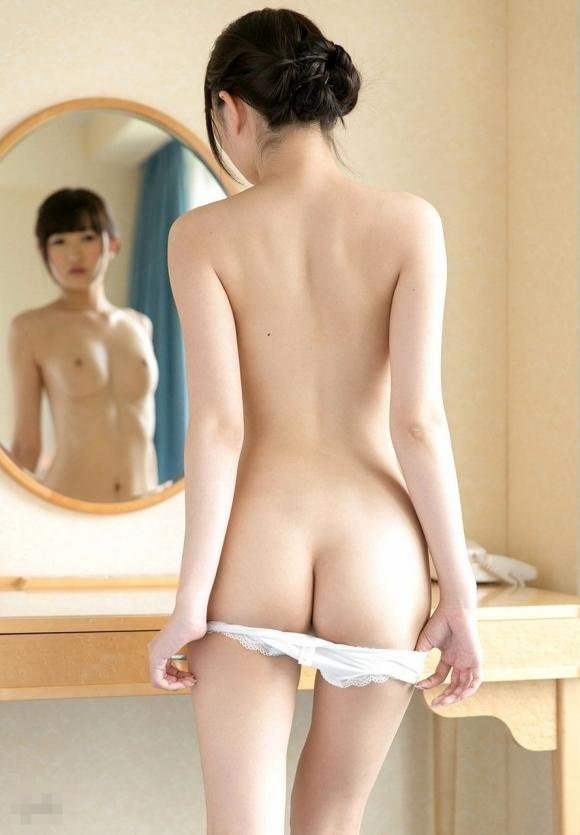女の子がパンティを脱いで見えるエロい尻を鷲掴みしたいwwwwwww【画像30枚】01_20190707010944eb8.jpg