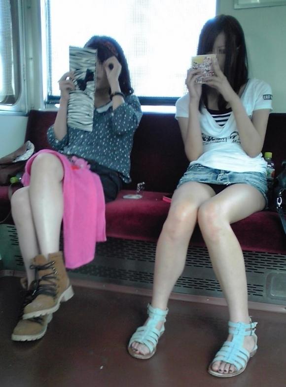 電車の中でエロい脚を晒してる女の子ってなんなん?wwwwwww【画像30枚】02_20180924174041a3d.jpg