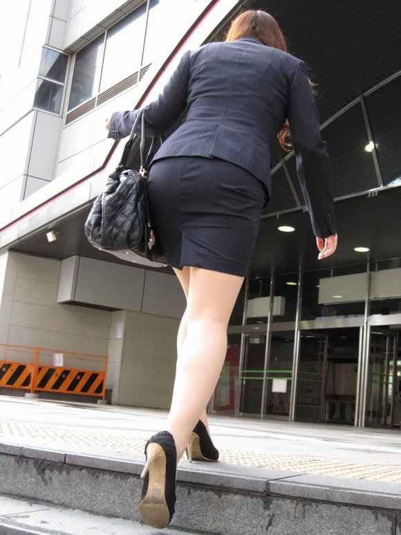 スカート履いてるOLさんがタイトすぎてくっそエロいわwwwwwww【画像30枚】02_20181114132952f40.jpg