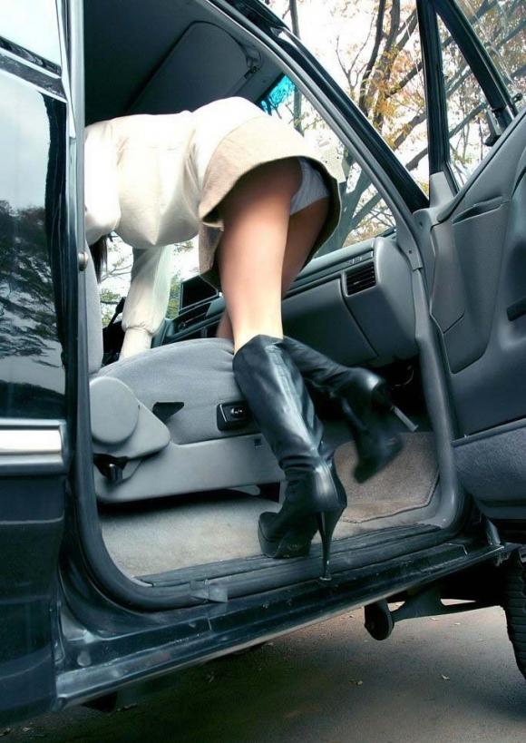 車に乗るときはパンチラしやすい法則を発見したったwwwwwww【画像30枚】02_2018121602025684f.jpg