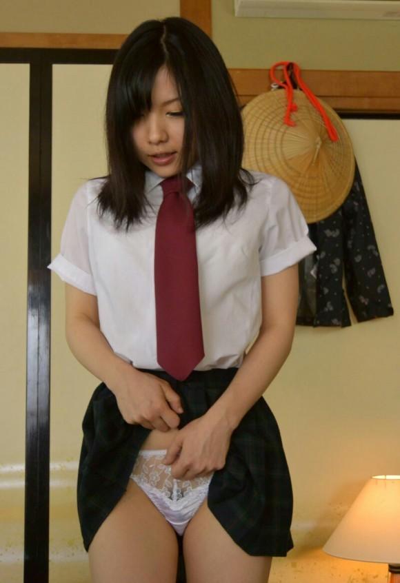 恥ずかしそうな表情で自分のパンティを見せてくる女の子の健気さwwwwwww【画像30枚】02_20181219004941005.jpg
