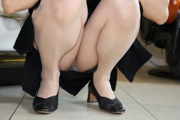 ストッキング履いてる女の子のしゃがみ込みパンチラの破壊力wwwwwww【画像30枚】02_20181226013705336.jpg