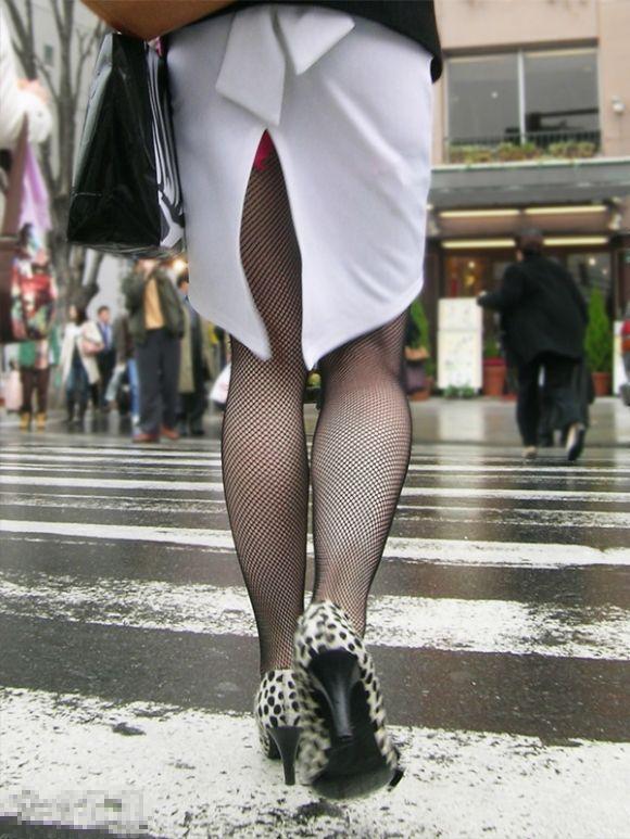 スカートの隙間からエロい脚が見えたら思わず凝視してしまうwwwwwww【画像30枚】02_20190703020603f82.jpg