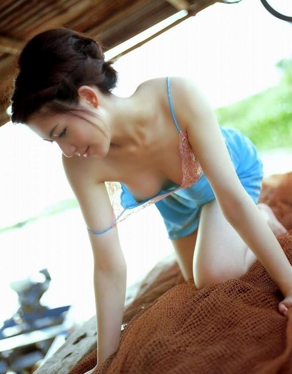 【おっぱい】くっそエロい乳首を見せてくる女の子が貴重すぎるwwwwwww【画像30枚】02_201908300107218a3.jpg